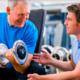Fysiotherapeut helpt door middel van fysiotherapie bij herstel van coronavirus door middel van oefeningen in Sliedrecht